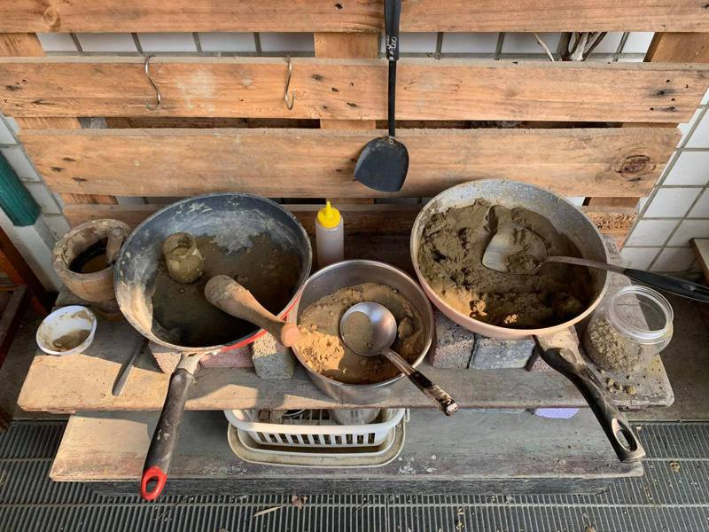 炒菜鍋滿滿泥巴未清理。記者徐白櫻/翻攝