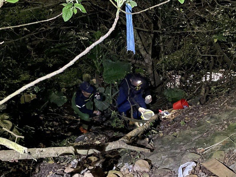環保局稽查人員採證廢汙水排放證據。圖/新北市環保局提供