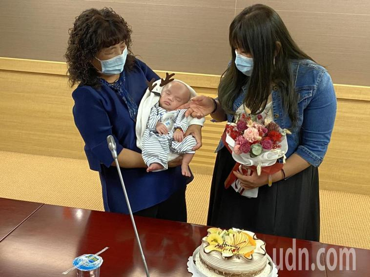 子宮內膜癌余姓女子(右)為圓媽媽夢冒生命危險治療,植胚胎成功產子,開心抱滿月嬰兒...