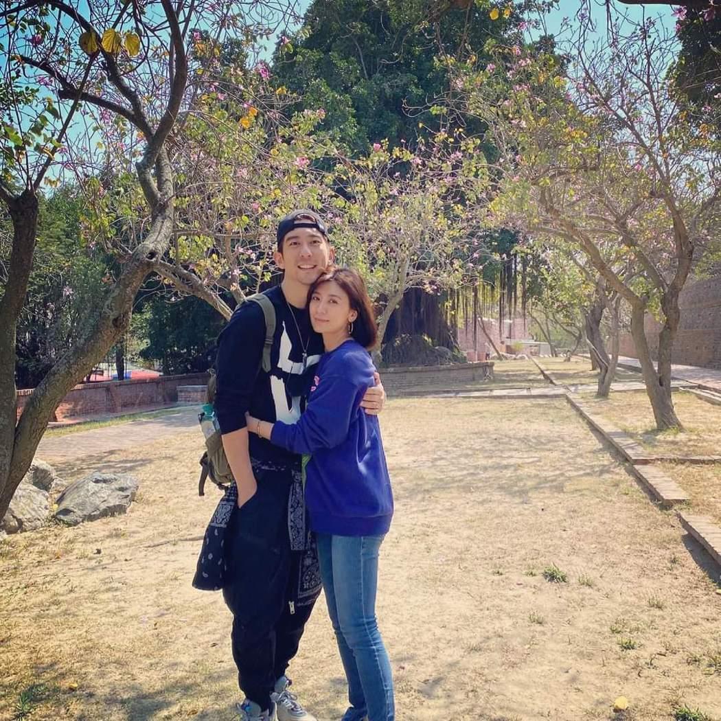 賈靜雯(右)與修杰楷夫妻。圖/摘自臉書