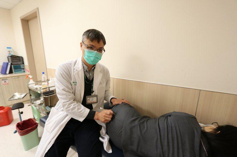 亞洲大學附屬醫院脊椎暨疼痛治療中心、骨科醫師羅達富指出,出現單側下肢疼痛、跛行,...