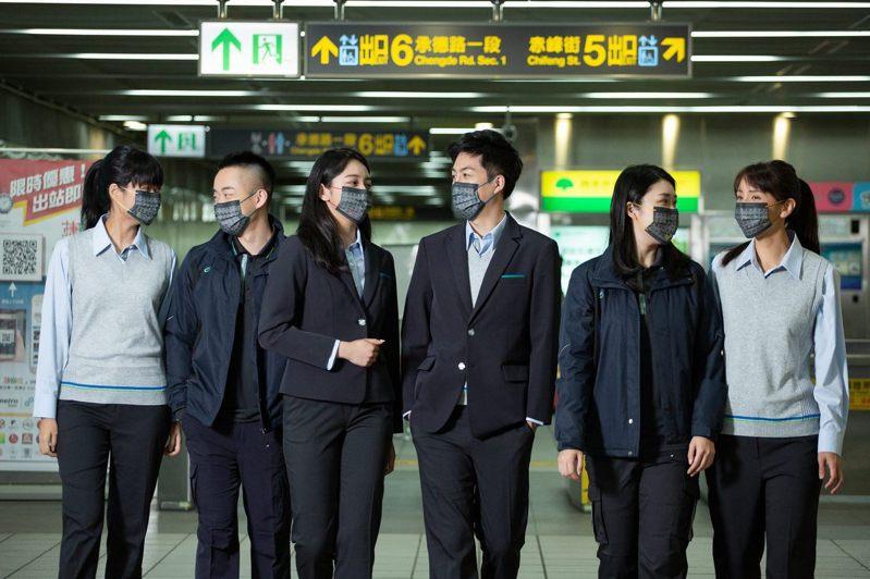 北捷為慶祝通車25周年紀念,與口罩國家隊「CSD中衛」推出捷運路線紀念口罩。圖/北捷提供