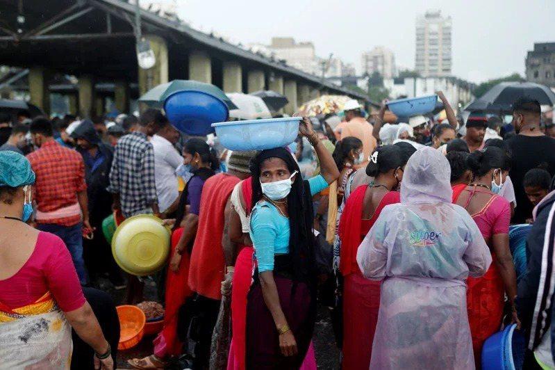 外界推估,印度將是2030年後全球少數的人口紅利國。圖為印度孟買魚市場。路透社
