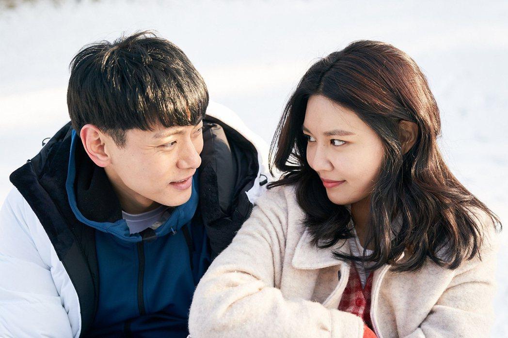 崔秀英(右)、劉太旿演出一段交往很久的情侶。圖/華映提供