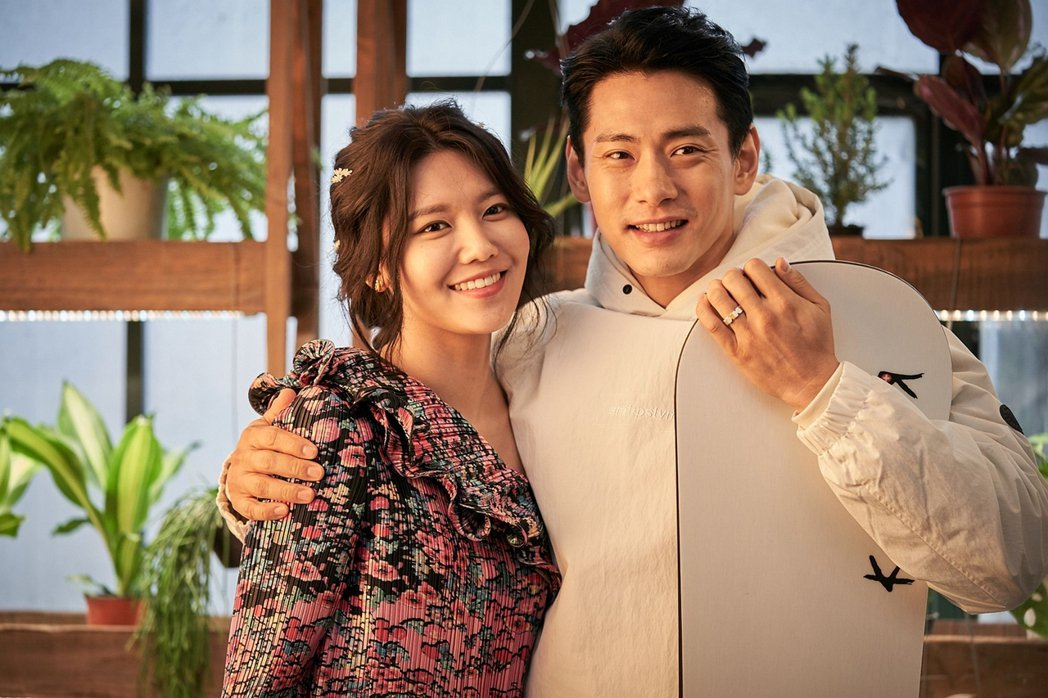 左起崔秀英、劉太旿演出一段交往很久的情侶。圖/華映提供
