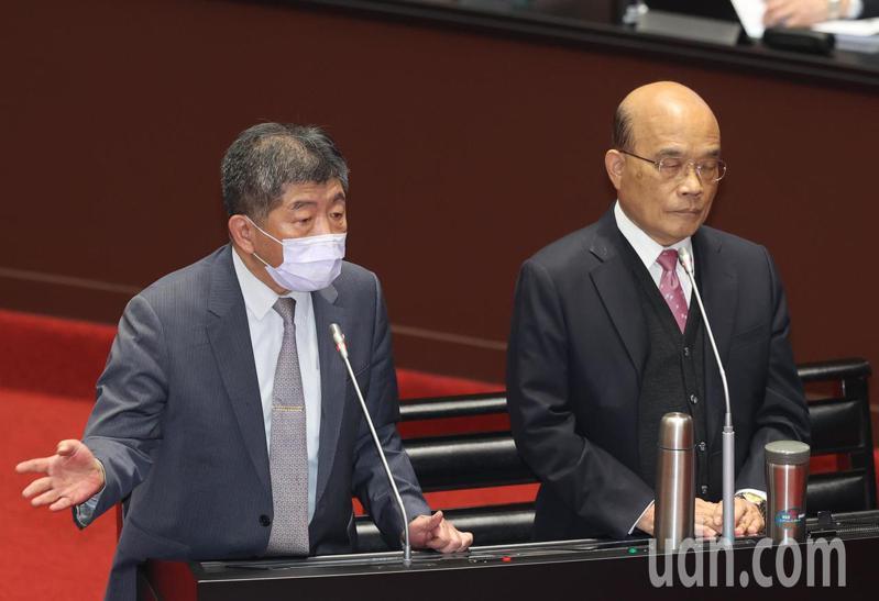 多國陸續停止施打AZ疫苗,行政院長蘇貞昌(右)和衛福部長陳時中(左)下午在立院答詢,陳時中表示和台灣的批次不同。記者曾吉松/攝影