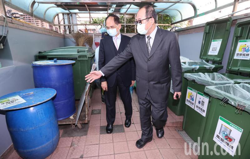 立法院長游錫堃(左)下午排定巡視立法院內垃圾分類情形。記者曾學仁/攝影