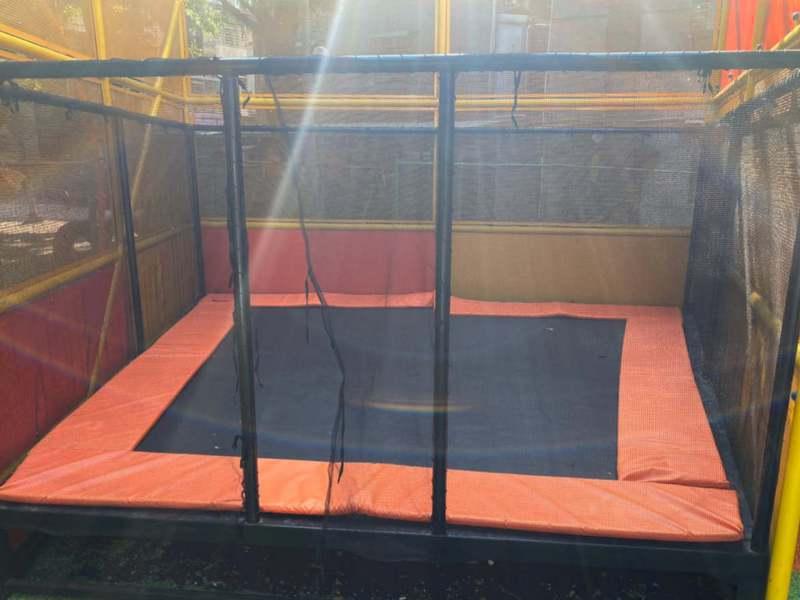 三重慈愛公園遊具彈跳床,卡在中央法令無法使用,區公所決定拆了。圖/新北市議員李倩萍提供