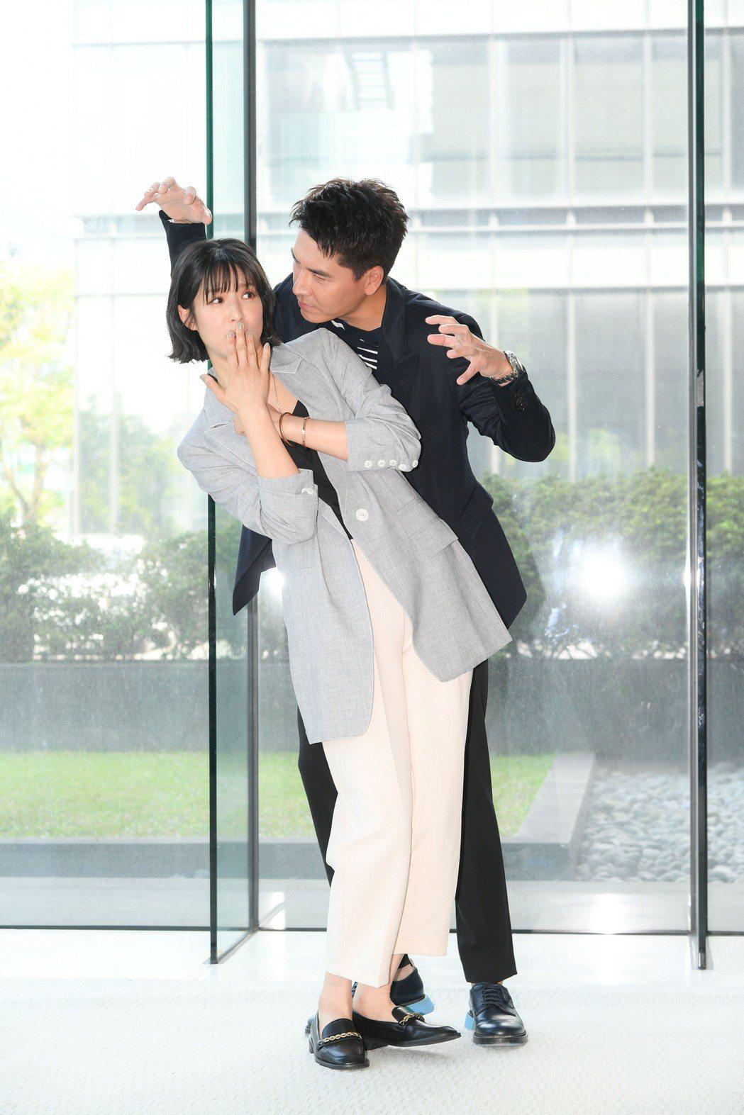 賴雅妍(左)和王傳一10年沒合作,這次拍新戲是第四度合作。圖/三立提供