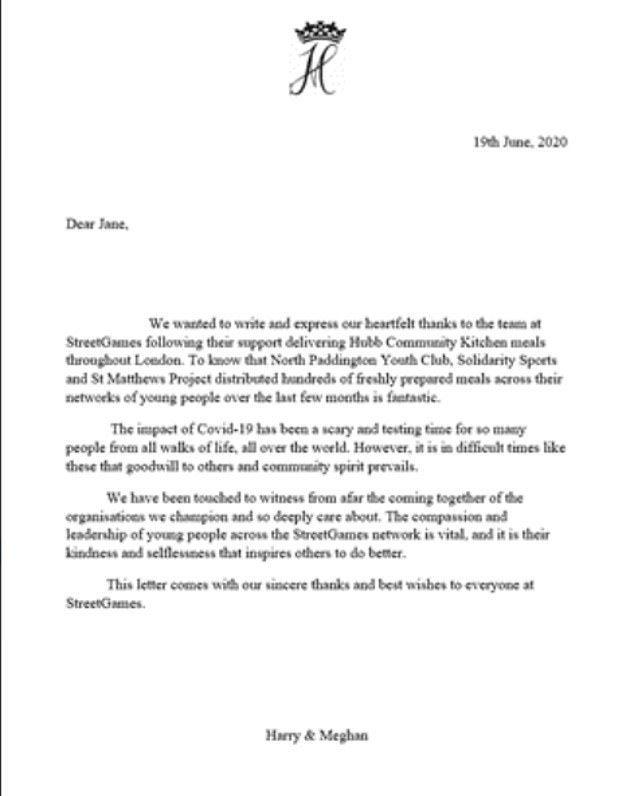 哈利與梅根去年的信箋仍使用兩人名字頭一個字母H和M結合王冠的logo。摘自每日郵...