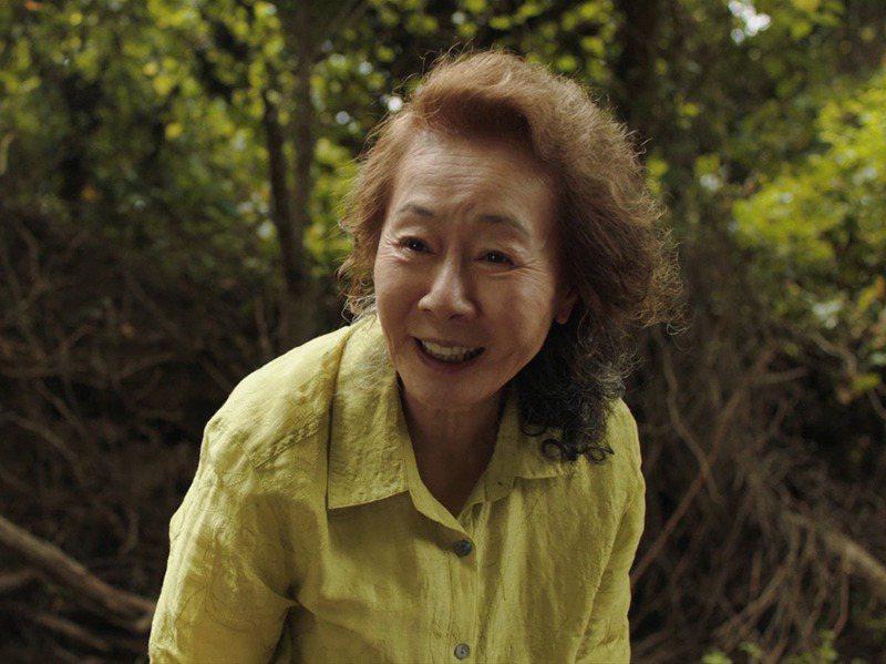 在「夢想之地」一片中,尹汝貞演嗜賭成性、滿嘴髒話又不照牌理出牌的奶奶。美聯社