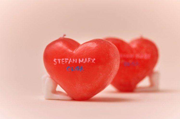 背面則有白色書寫的Stefan Marx和藍色書寫的OLGA字樣。圖/團團國際時...