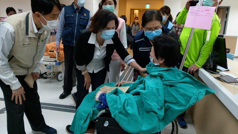 宜蘭縣長林姿妙到醫院慰問傷者。記者戴永華/攝影