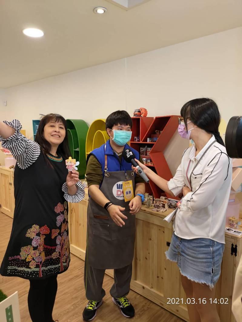 身障者在立體書庇護工場負責導覽、立體書折疊、裝袋、切割等工作。圖/北市勞動局提供