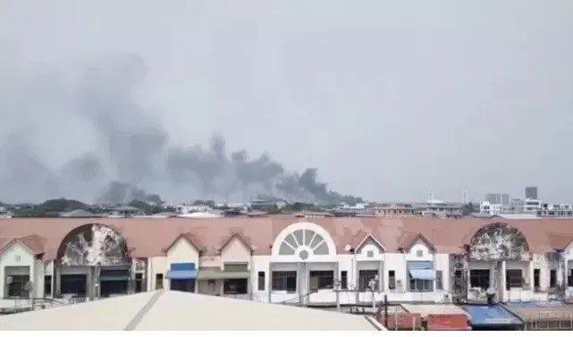 當地時間3月14日13時50分許,緬甸仰光一處工業區內的工廠遭人縱火。(央視截圖)