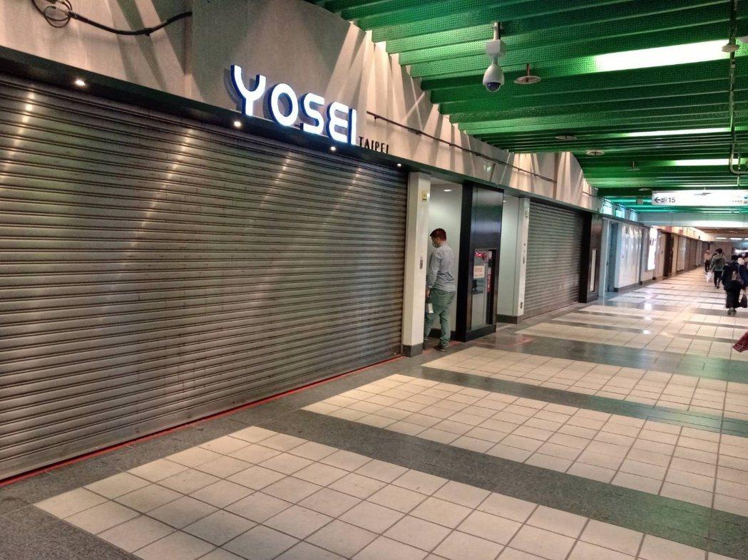 國民黨台北市議員游淑慧在臉書貼出,今晚下班時,東區地下街鐵門深鎖的模樣。圖/取自...