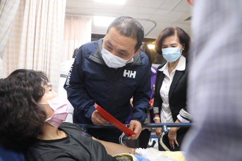 新北市長侯友宜到宜蘭醫院慰問蘇花公路車禍受傷的患者。圖/新北市新聞局提供
