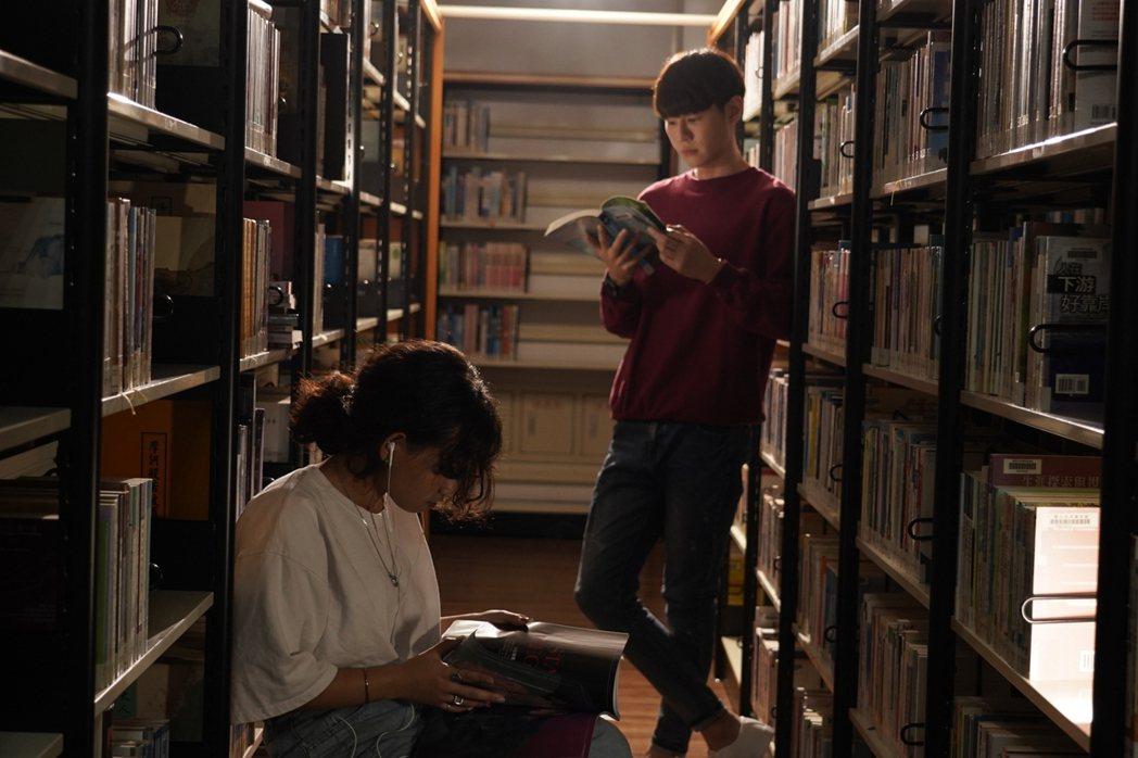 吳珝陽重返校園拍攝「我在追劇找世界」。圖/伊林娛樂提供
