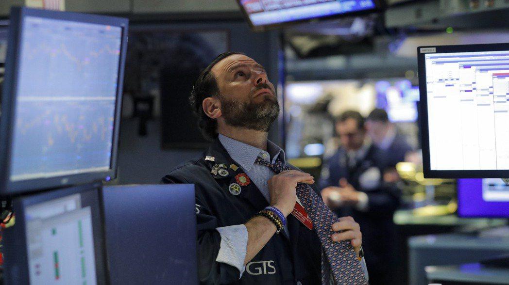 美股16日早盤漲跌互見。路透