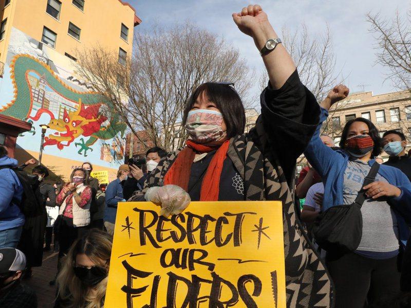 美國華盛頓州西雅圖民眾十三日上街抗議反亞裔仇恨和暴力行為。美聯社