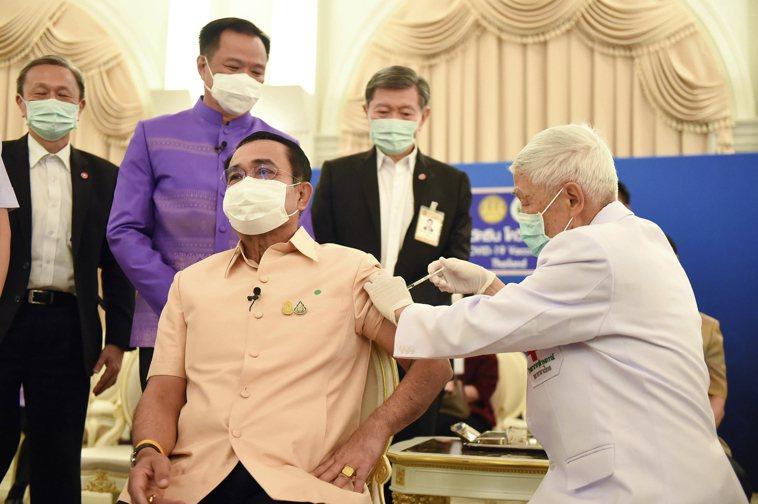 泰國總理帕拉育(前排左)十六日在總理府接種阿斯特捷利康(AZ)疫苗,表明對疫苗安...