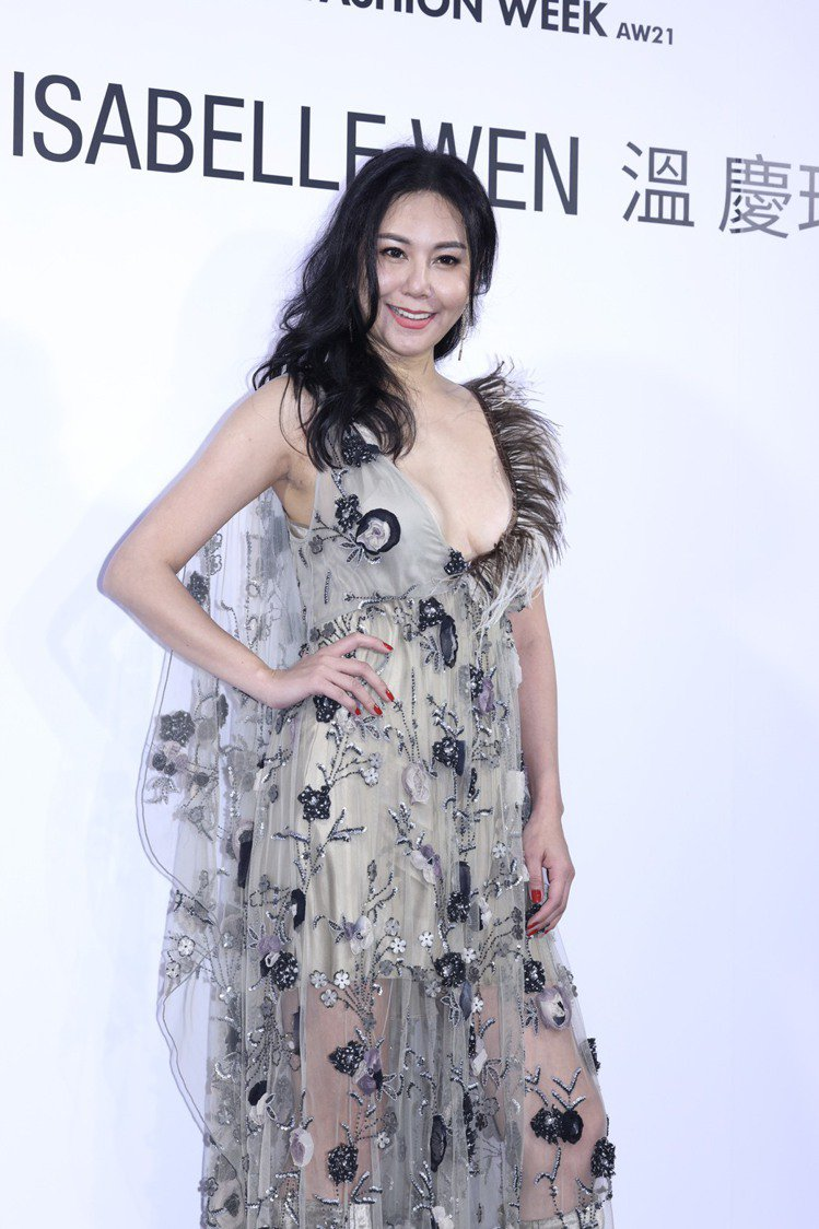 洪曉蕾露出性感美胸,以狂放性感的裙裝出席溫慶珠大秀。記者王聰賢/攝影