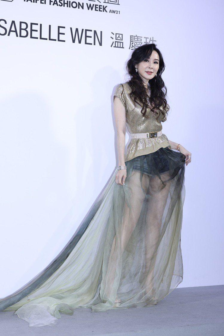 蕭薔露出姣好身材,以紗裙配牛仔褲的衝突表現穿搭。記者王聰賢/攝影