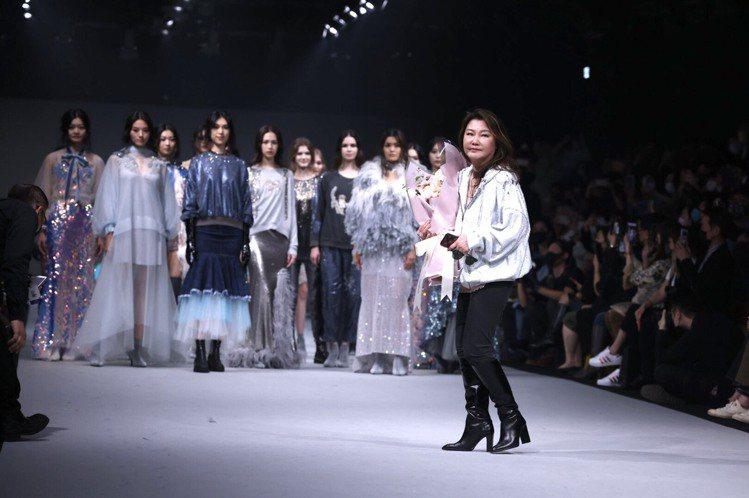 設計師溫慶珠(右前)於台北時裝周發表以「羅曼羅蘭」為主題的2021秋冬系列。記者...