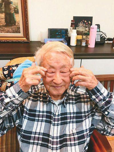 每天早晨必做面部按摩,用食中二指按撫兩眼上下,從眼角至眼尾一百次。圖╱王為鐵提供