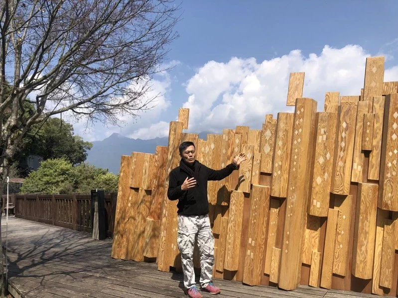 台北設計獎首獎藝術家陳普作品為「文化青苔」,以最基本的木質角材一片片構築象徵松茂...