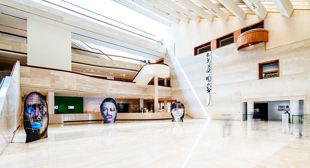奧斯勒Tony Oursler這次特別為展覽創作全新作品「留臉忘返」,送給台灣兒...