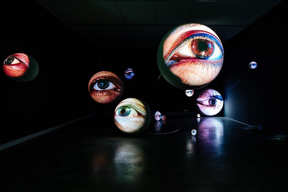 《黑盒-幻魅於形:湯尼・奧斯勒》展覽作品〈黯黑〉。  圖/陳建豪 攝影