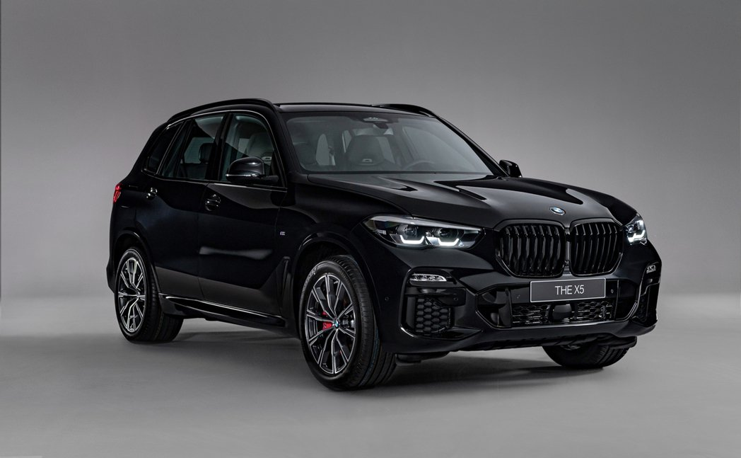 BMW X5 Dark Knight曜黑版具備厚實粗獷的車身輪廓雕琢,搭配性能氣...