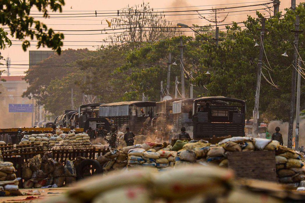萊達雅等戒嚴地區目前仍在「軍隊清鄉」中,許多傷者無法平安撤退。圖為3月14日,軍...