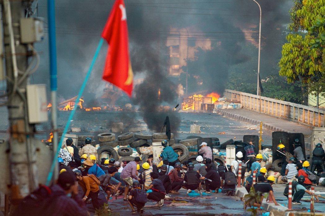 圖為3月16日示威者與軍方發生激烈衝對峙。 圖/路透社