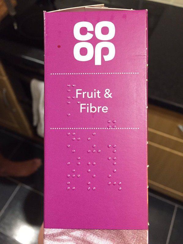 「合作社(Co-operative) 」的穀物零食外盒上,有點字供視障人士閱讀。...