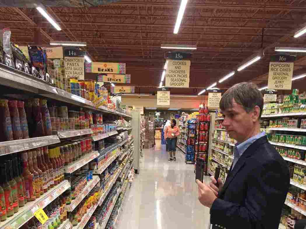一名居住在水牛城的盲人Gary Wagner,藉由應用程序「Aria」在超市中尋...