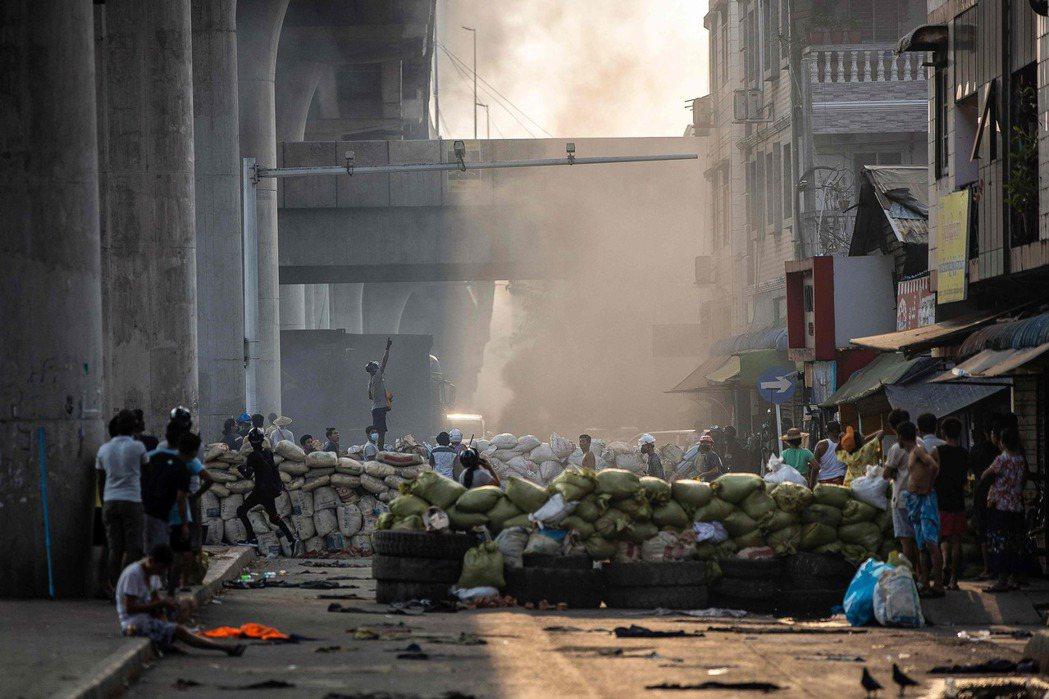 緬甸軍政府的血腥鎮壓,造成的平民死亡人數截至17日清晨為止,已累積超過202人死...