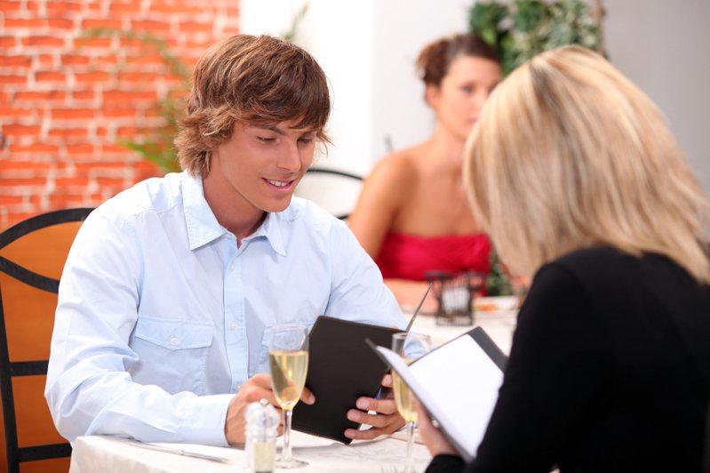 女子與男伴第一次約會,男伴請女子喝「水」。圖/取自:ingimage(示意圖,非當事人)