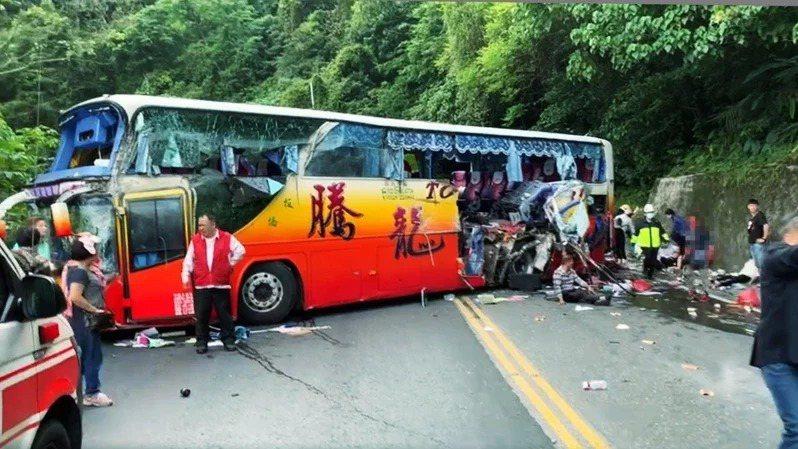 蘇花公路昨天發生遊覽車撞山壁的事故,造成六人死亡、39人受傷。 圖/讀者提供