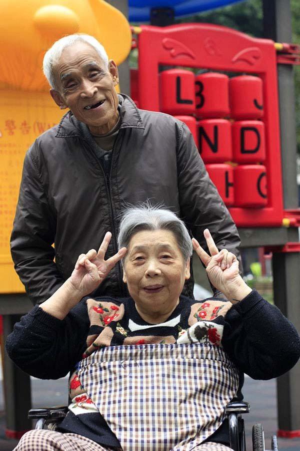 結婚超過六十年的他們,在英子女士住到安養院的十年來, 他每天從外雙溪騎腳踏車到松...