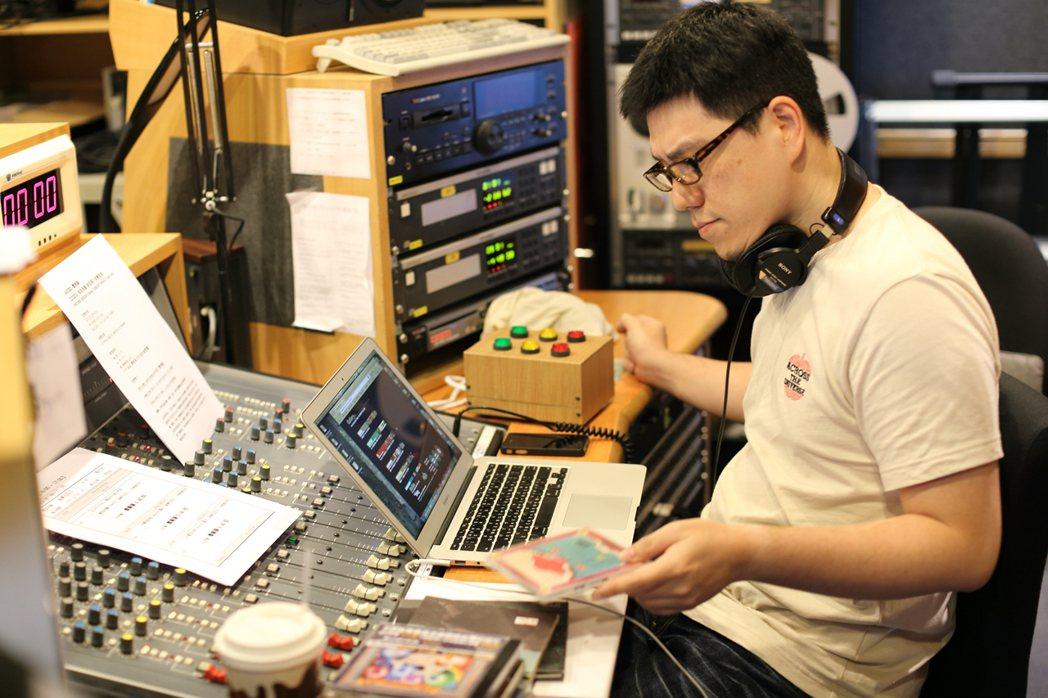馬世芳在News98主持《音樂五四三》,透過自己讓更多聽眾了解音樂幕後故事。圖/...
