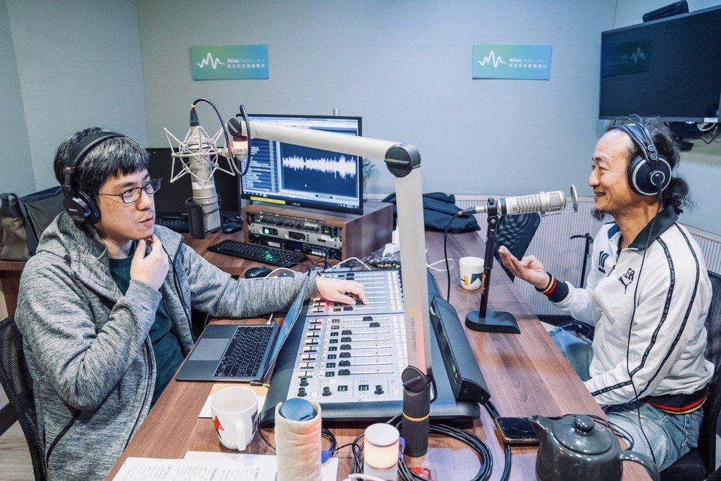 馬世芳(左)曾在Alian原住民族廣播電台主持《耳朵借我》時訪問鍾興民。圖/馬世...