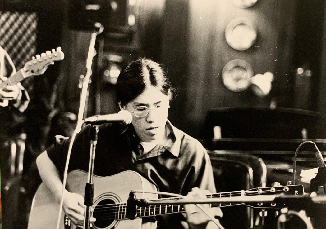 馬世芳學生時期蓄起長髮,吉他也彈得有模有樣。圖/馬世芳提供