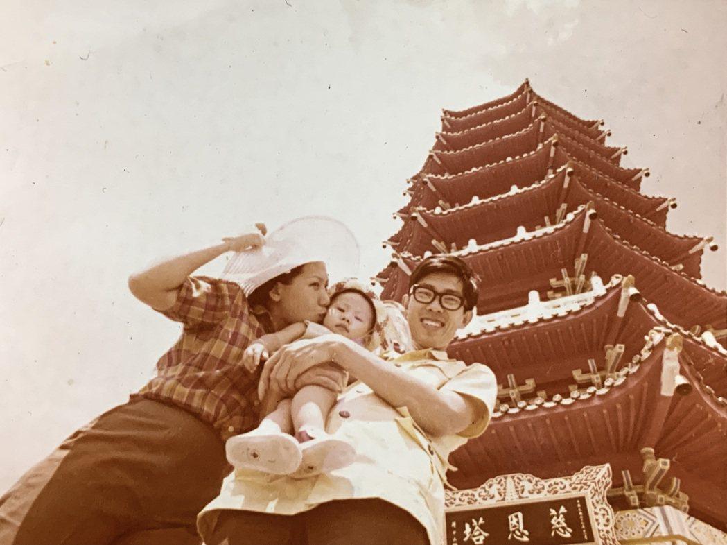 幼兒時期的馬世芳(中)與父母親。圖/馬世芳提供