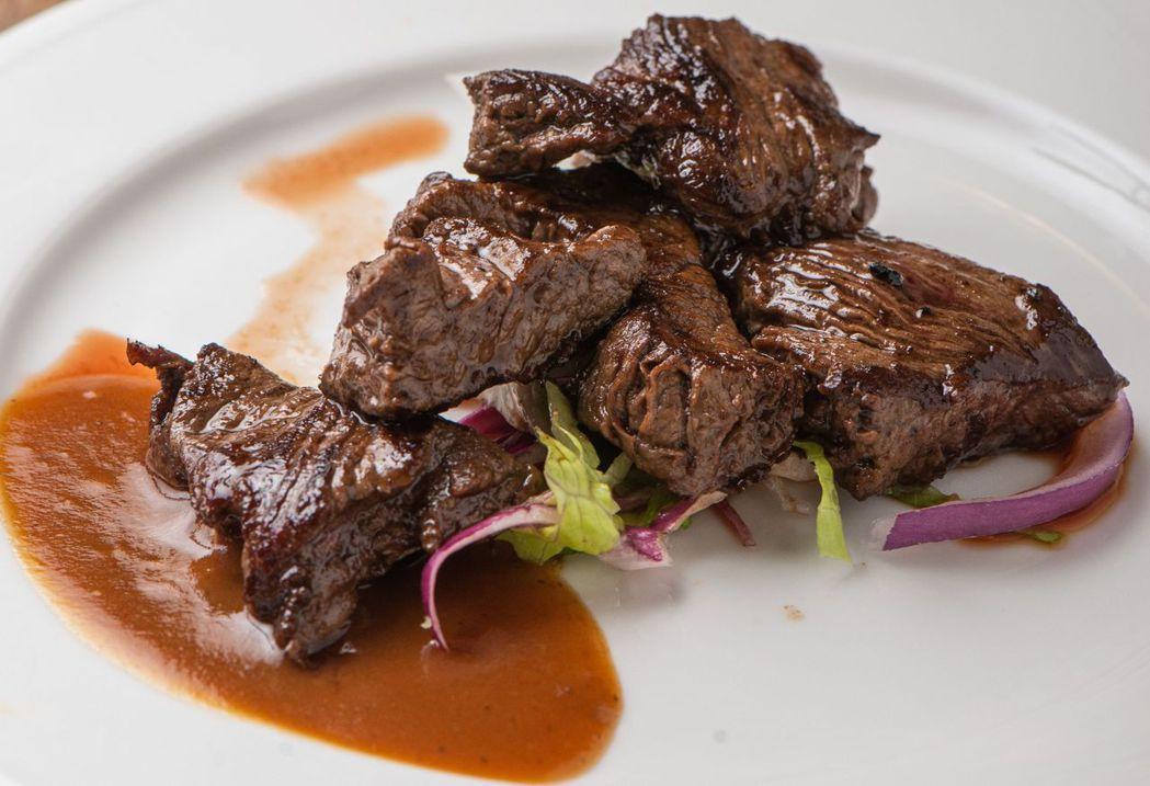 菲力牛排搭配高超鐵板料理技術,吃到飽也可以吃出一流西餐的驚豔感。  台南大飯店/...