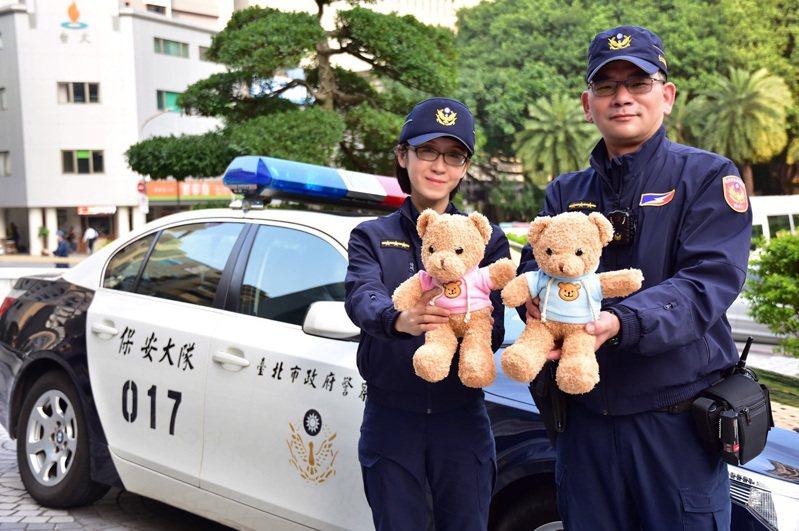 台北市警局17日指出,局長陳嘉昌日前和國內學者研析各國警察制度時,得知荷蘭警車出勤時會攜帶熊布偶,以便在事故現場安撫幼童,便著手規劃相關守護幼童措施,現在北市警也有執勤熊麻吉。 中央社