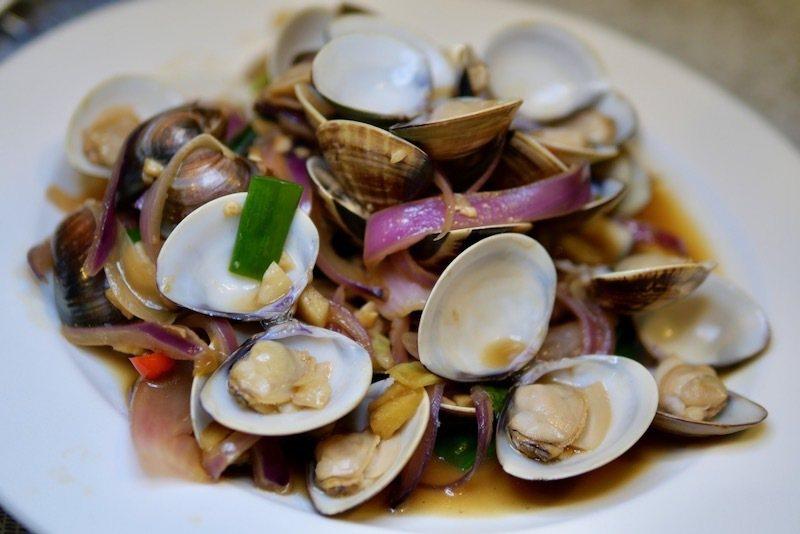 紫色洋蔥加進來炒蛤蠣的配菜,口味也是一絕的好吃。