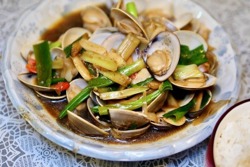 以青蔥為主要配料的炒蛤蠣,多了青蔥的香甜味。