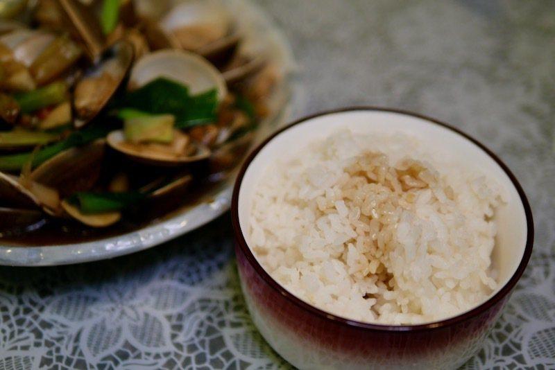 炒蛤蠣和一碗白飯,鮮甜美味吃的飽的一餐。